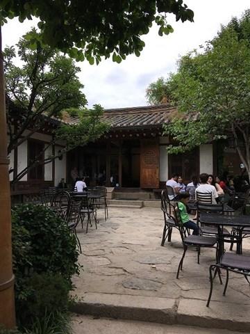 耕仁美術館で伝統茶を飲んでくつろぐ人々